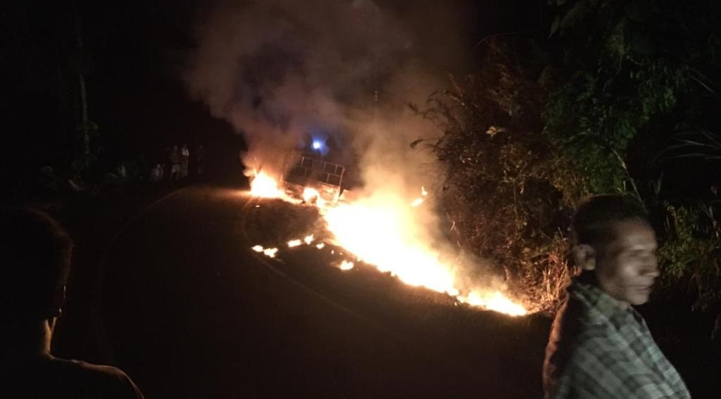 Satu unit mobil pengangkut bahan bakar minyak (BBM) terbakar di jalan umum di Desa Pardomuan, Kecamatan Manduamas, Kabupaten Tapanuli Tengah (Tapteng), Sumatra Utara (Sumut), pada Jumat malam (7/5/2021) sekira pukul 21.40 WIB.