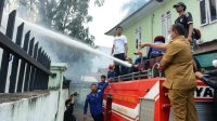 Wali Kota Sibolga Jamaluddin Pohan Naik ke Mobil Damkar Pantau Proses Pemadaman Api. (Foto: dok_kominfo)