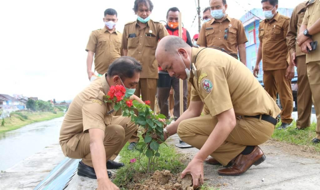 Bupati Taput Nikson Nababan Mananam Pohon Berbuah di Ibukota Tarutung.