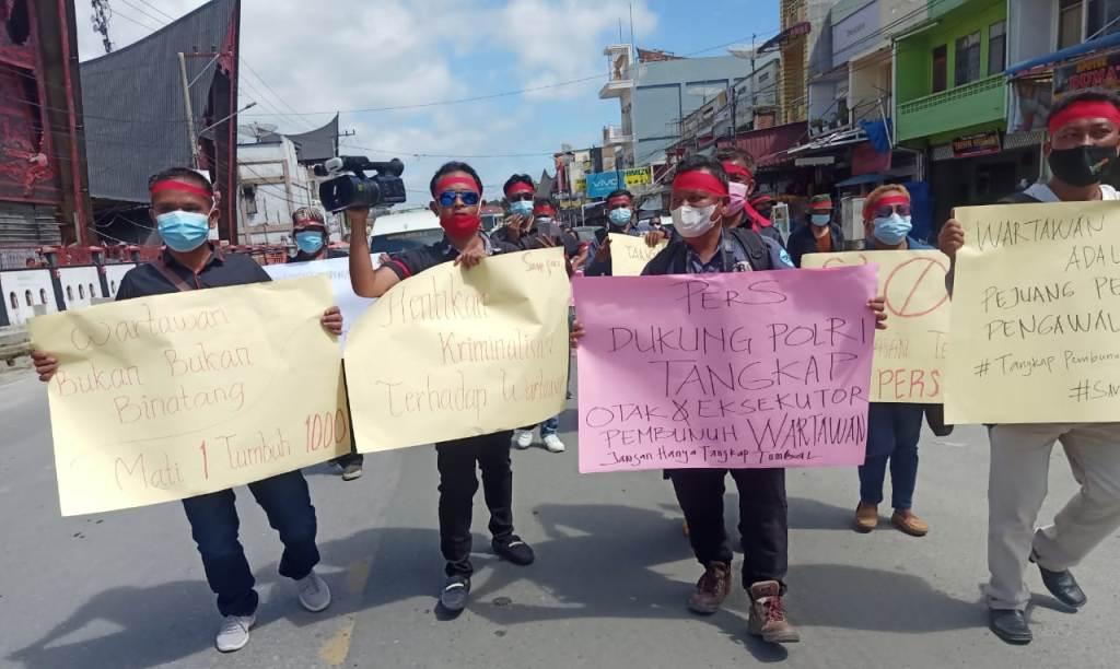 Foto: Puluhan wartawan dari media cetak dan elektronik yang tergabung dalam komunitas wartawan Kabupaten Humbang Hasundutan (Humbahas), Sumatra Utara (Sumut), menggelar aksi damai mengecam aksi kekerasan terhadap wartawan, Senin (21/6/2021). (dok_istimewa)