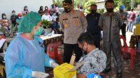 Kapolres Humbahas, AKBP Ronny Nicolas Sidabutar meninjau pelaksanaan vaksinasi massal COVID-19 untuk Tahap I di Kecamatan Pakkat. (Foto: dok_istimewa)