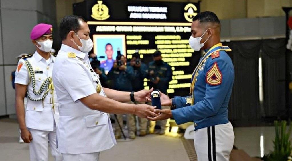 Kepala Staf TNI Angkatan Laut Laksamana TNI Yudo Margono memberikan Adhi Makayasa pada putra Papua (dok. TNI AL)