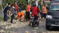 Ephorus bersama para pendeta dan penginjil GKPS di Kabupaten Simalungun memperbaiki jalan provinsi yang rusak di Tigarunggu Kecamatan Purba, Kabupaten Simalungun, Sumatra Utara (Sumut), Rabu (16/6/2021).