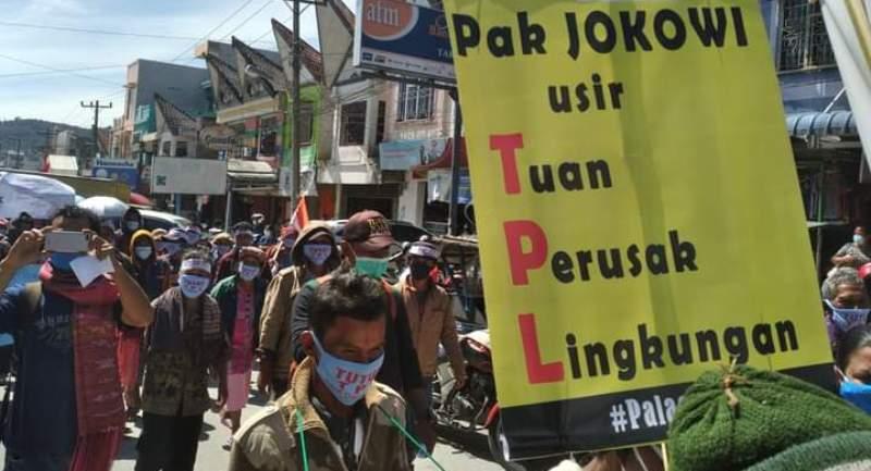 Foto: Massa Pengunjuk Rasa Longmarch Menuju Gedung DPRD Kabupaten Tapanuli Utara. (Foto: dok_ts)