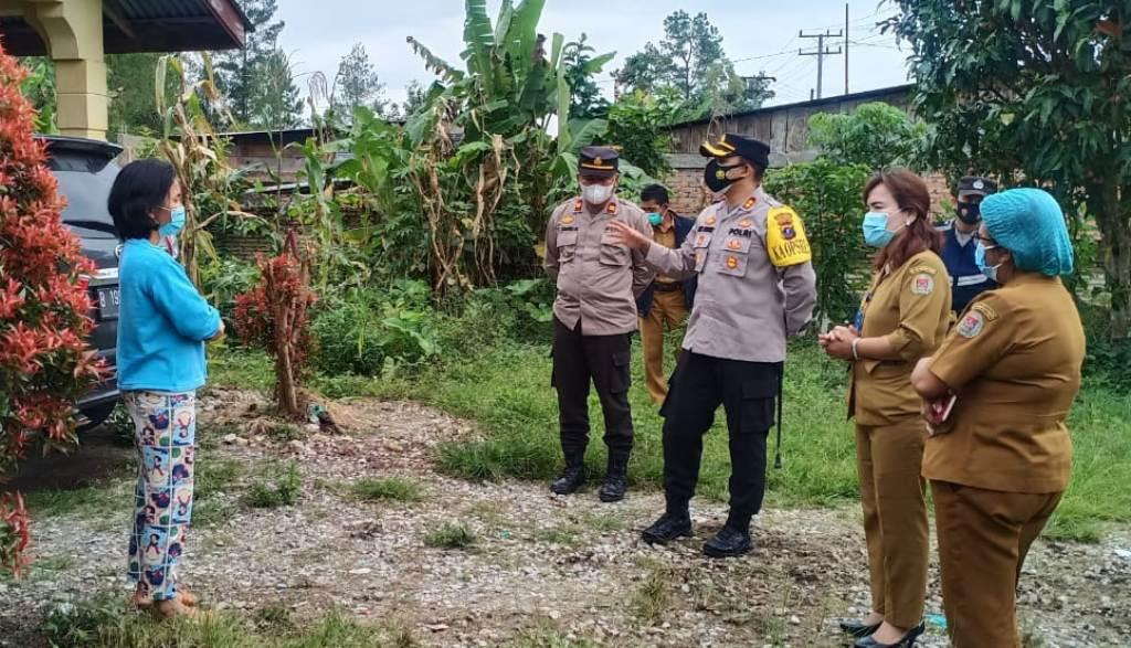 Kapolres Humbahas AKBP Ronny Nicolas Sidabutar saat mengunjungi warga yang menjalani isolasi mandiri. (Foto: Jhon P Siregar)