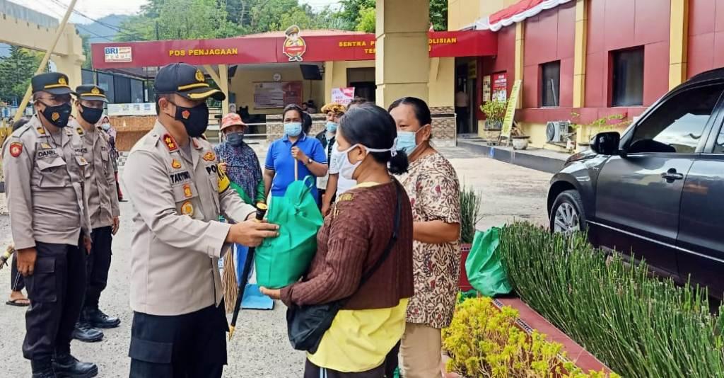 Kapolres Sibolga AKBP Taryono Raharja Menyerahkan Bantuan Sosial kepada Petugas Penyapu Jalan di Mapolres Sibolga, Jumat 23 Juli 2021.