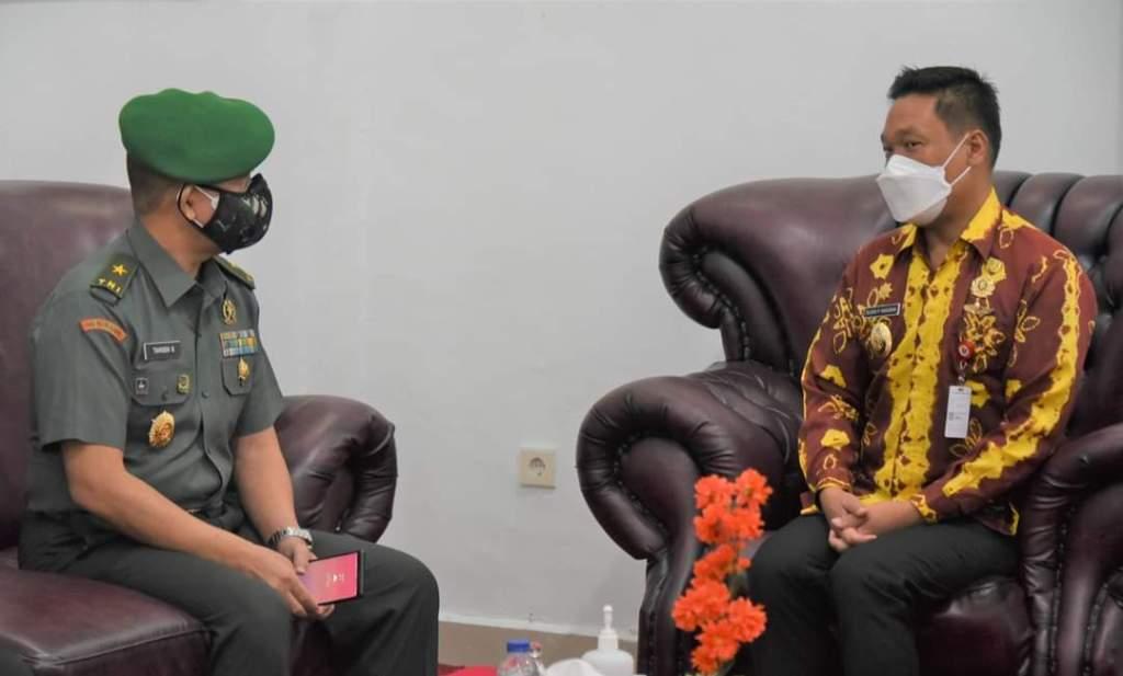 Ketua STHM Brigjen Dr. Tiarsen Buaton saat berbincang dengan Wakil Bupati Humbahas, Oloan Paniaran Nababan. (Foto: Jhon.S)