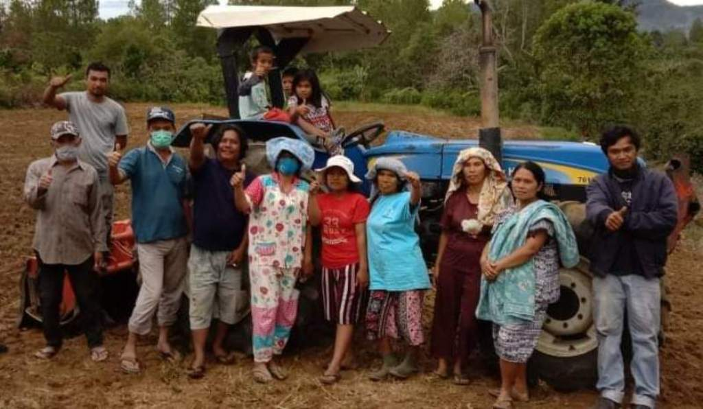 Bupati Taput Nikson Nababan Gratiskan Traktor Membuka Lahan Masyarakat. (Foto: dok/istimewa)