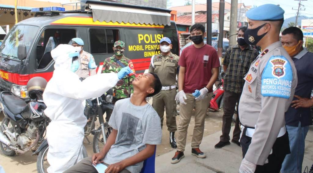 Polres Tapteng bersama TNI dan Satpol PP melakukan Swab Antigen gratis terhadap warga di Pasar Terpadu Pandan, Kecamatan Pandan, Kabupaten Tapteng, Sumatra Utara (Sumut), Selasa (27/7/2021).