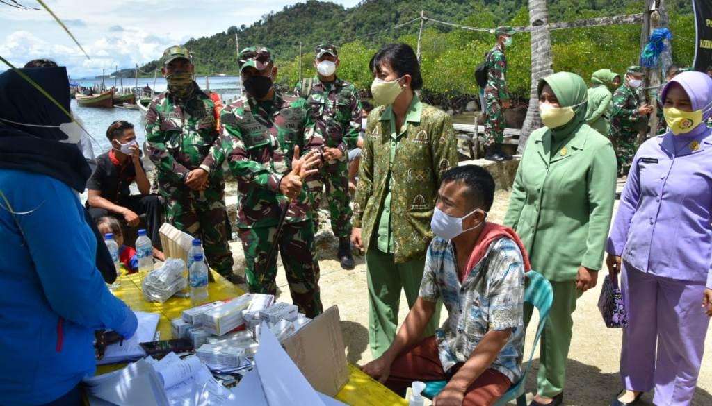 Serbuan Vaksinasi Massal di Pulau Mursala Tapteng.
