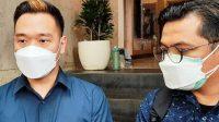 Foto: Michael Yukinobu Defretes atau Nobu (kiri) jalani wajib lapor di Polda Metro Jaya. (detikcom)