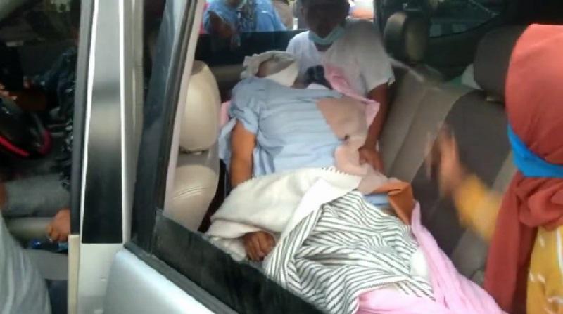 Jenazah Pasien yang Dimasukkan ke Dalam Mobil. (Foto: dok/istimewa)