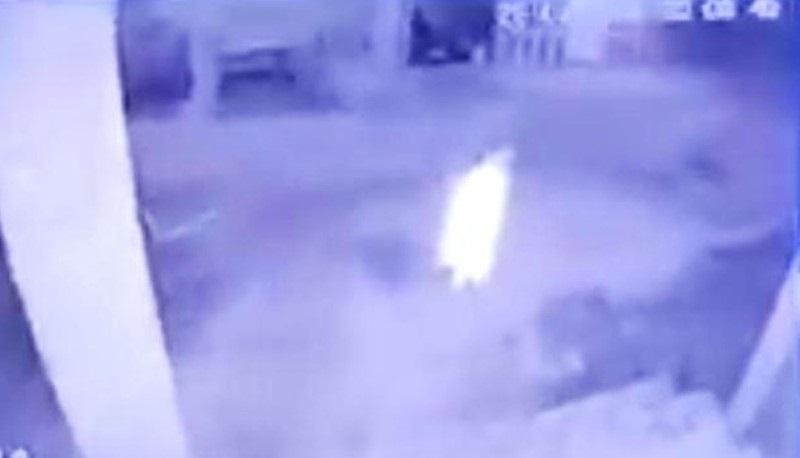 Screenshot video viral sosok putih menggedor pintu warga di Batu Bara. (Dok. Facebook Asty Nirwana)
