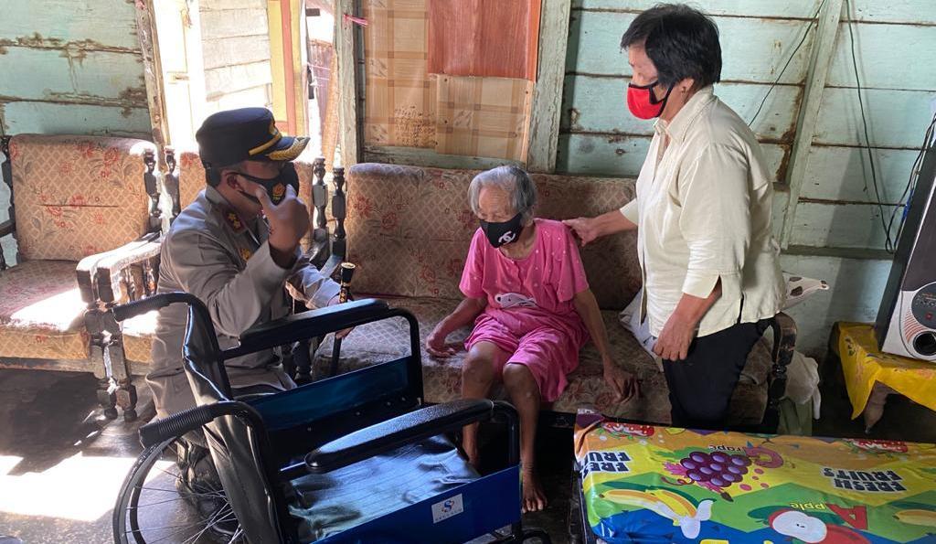 Kapolres Sibolga AKBP Taryono Raharja saat Berbincang dengan Bicana boru Hutabarat (98). (Dok/Istimewa)