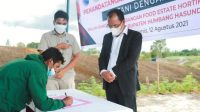 Bupati Humbang Hasundutan Dosmar Banjarnahor menyaksikan penandatanganan Perjanjian Kerjasama (PKS) antara Petani dengan Investor di Kawasan Food Estate Desa Riaria, Kecamatan Pollung, Kamis (12/8/2021).