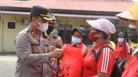 Kapolres Sibolga, AKBP Taryono Raharja Serahkan Bansos kepada Petugas Kebersihan di Kota Sibolga. (Istimewa)