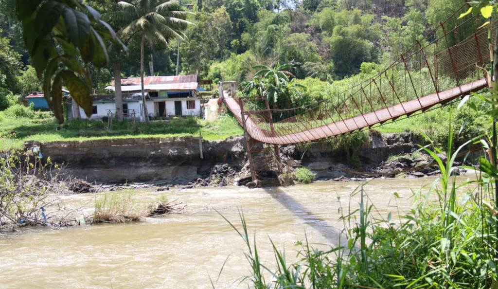 Foto: Kondisi Jembatan Rambing yang Nyaris Ambruk di Desa Hapoltahan, Kecamatan Tarutung, Kabupaten Tapanuli Utara. (dok/istimewa)