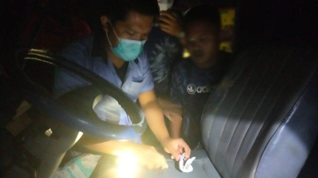 Polisi saat Menemukan Barang Bukti Ganja di Mobil Tersangka. (Foto: dok/istimewa)