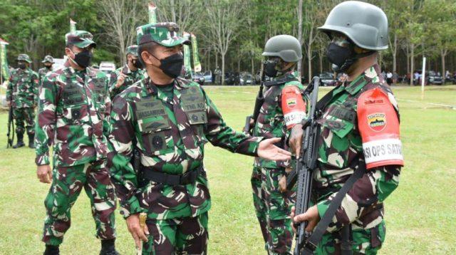 Danrem 023/Kawal Samudera (KS), Kolonel Inf Febriel B Sikumbang bersama Pangdam I/Bukit Barisan (BB), Mayjen TNI Hassanudin Berinteraksi dengan Prajurit Yonif 123/RW. (dok/istimewa)