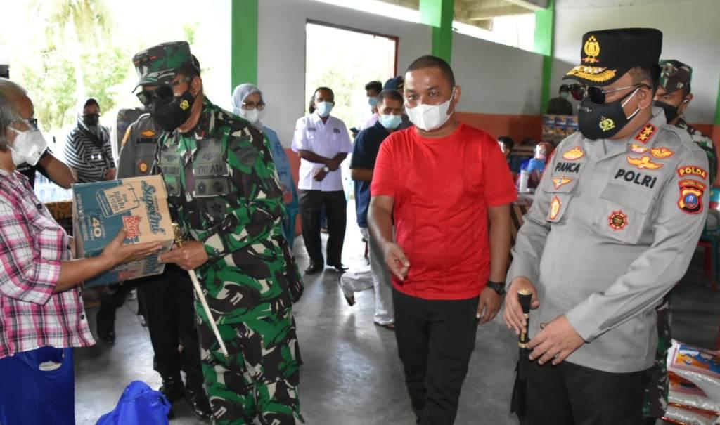Pangdam I/Bukit Barisan (BB), Mayjen TNI Hassanudin Menyerahkan Bantuan Sosial kepada Warga. (dok/istimewa)