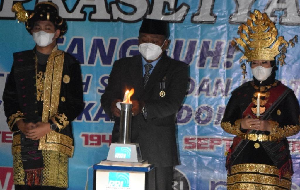Foto: Kepala RRI Sibolga Suprawata memimpin penyulutan Obor Tri Prasetya RRI pada Peringatan HUT RRI ke-76, di Lantai II Gedung RRI Sibolga. (dok/istimewa)