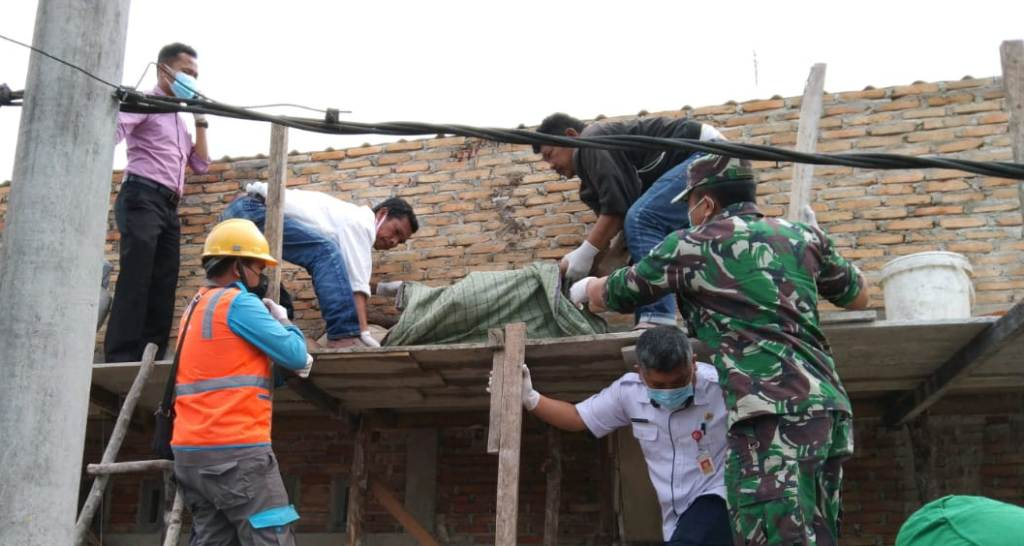 Foto: Jenazah Korban Dievakuasi dari Atap Rumah. (Istimewa)