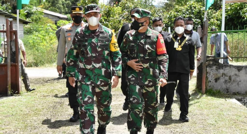 Foto: Tim Pengawas dan Evaluasi (Wasev) Mabesad, Mayjen TNI Gamal Haryo Putro meninjau lokasi TMMD ke-112 Kodim 0206/Dairi. (Istimewa)