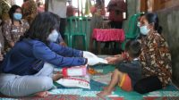 Foto: Ketua Yayasan Kanker Indonesia (YKI) Kabupaten Tapanuli Utara (Taput), Satika Simamora menyerahkan bantuan kepada Romual Sianturi (44) yang mengidap penyakit kanker payudara selama 12 tahun. (Istimewa)