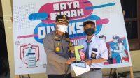 Foto: Kapolres Sibolga, AKBP Taryono Raharja menyerahkan hadiah kepada pelajar yang divaksin. (dok/istimewa)