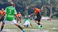 Bupati Tapteng Bakhtiar Ahmad Sibarani Menggiring Bola Sekaligus Mengecoh Lawan Tandingnya. (dok/istimewa)