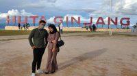 Foto: Wisatawan Berswafoto di objek wisata Huta Ginjang, Kabupaten Tapanuli Utara. (dok/istimewa)