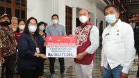 Bupati Taput Nikson Nababan menyerahkan bantuan atensi modal usaha kewirausahaan kebutuhan dasar dan alat bantu khusus penyandang disabilitas dari Kementrian Sosial melalui Balai Besar Soeharsono Surakarta.