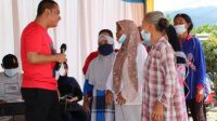 Foto: Bupati Tapteng berdialog dengan calon penerima manfaat bantuan pembangunan rumah.