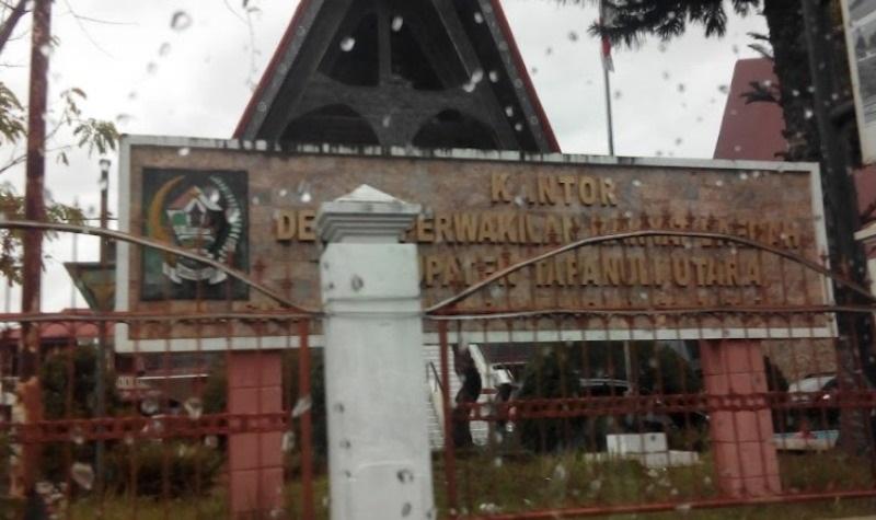 Foto Depan Gedung DPRD Taput.