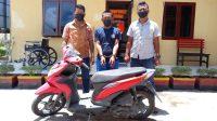 Foto: Polisi memaparkan terduga pelaku curanmor bersama barang bukti di Mapolres Tapteng. (Istimewa)